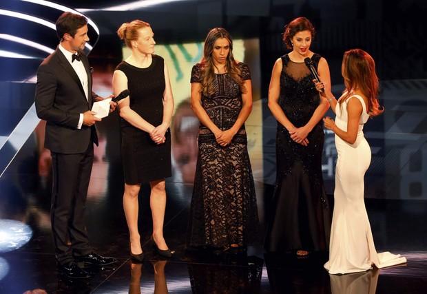 Marta usa vestido de renda avaliado em R$12 mil em premiação da Fifa (Foto: AFP)