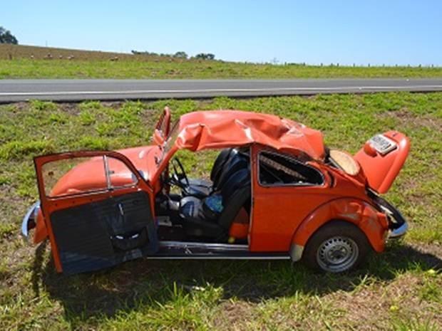 Carro em que os idosos estavam capotou na pista (Foto: Correio Santa Fé)