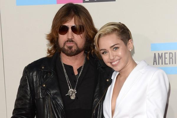 A relação de Miley Cyrus com seu pai não é bela como no seriado 'Hannah Montana'. Billy Ray Cyrus culpa a série por todas as desgraças de sua família, e as desavenças entre pai e filha ficaram visíveis durante o divórcio de Billy da mãe de Miley (Foto: Getty Images)