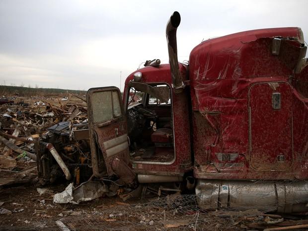 Restos de um caminhão destruído por um tornado na noite de domingo (25) continua em meio aescombros em Vilonia, Arkansas, nos EUA (Foto:  Mark Wilson/Getty Images/AFP)