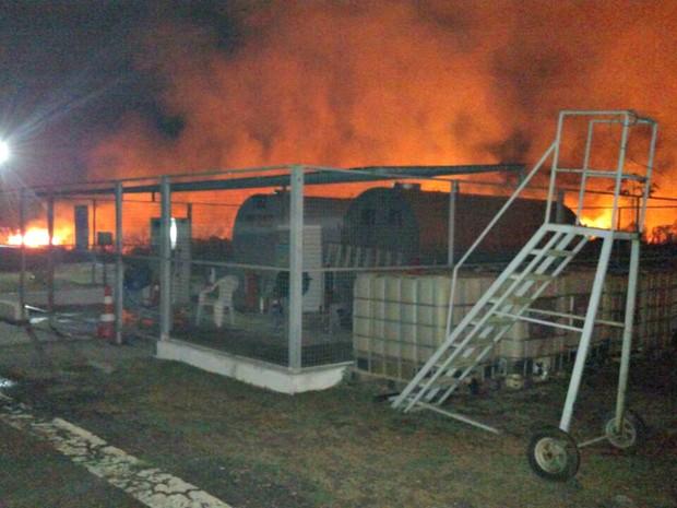 Bombeiros afirmam que fogo atingiu grande parte da pista do aeroporto próximo aos tanques de combustível e aviões (Foto: Divulgação/Corpo de Bombeiros)
