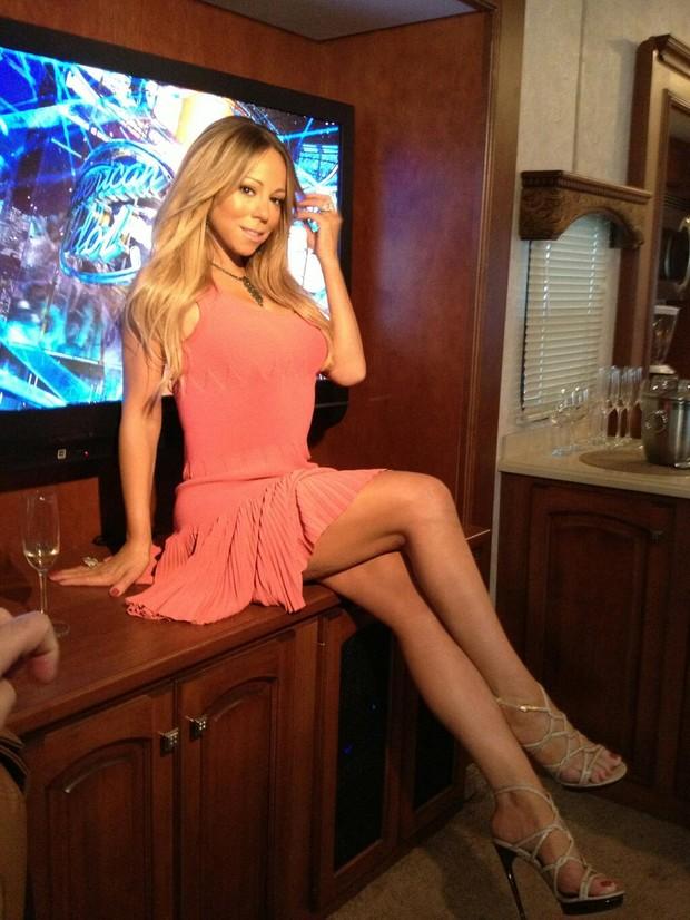 Maria Carey posa de vestiido curtinho e exibe belo par de pernas (Foto: Twitter/ Reprodução)