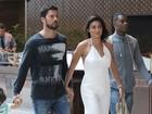 Juliana Paes passeia de macacão branco, sem sutiã, com marido e filhos