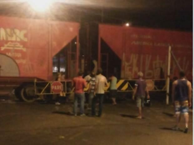 Trem ficou parado e impediu a passagem das pessoas no distrito de Rio Preto (Foto: Reprodução/TV TEM)