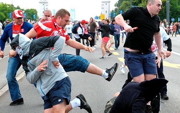 confusão entre as torcidas de Russia e Polônia na Euro (Foto: EFE)