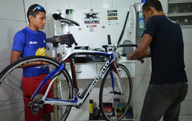 Breno observa a super-bicileta que ganhou de presente (Foto: Felipe Martins/GLOBOESPORTE.COM)