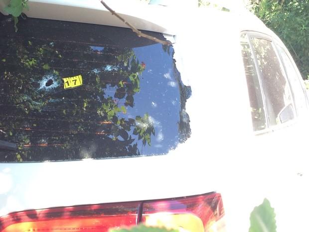 Carro foi perfurado 17 vezes por tiros (Foto: Suelen Bastos/G1)