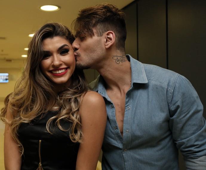 Lucas Lucco retribui o carinho e dá seu beijinho em Ana Paula Guedes (Foto: Carol Caminha / Gshow)