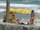 Andressa Soares, a Mulher Melancia, ajeita o fio-dental em praia do Rio