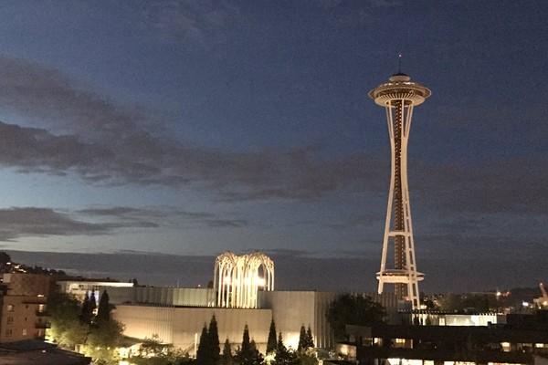 A Seattle Space Needle apagada em homenagem ao músico Chris Cornell (Foto: Reprodução/Twitter)