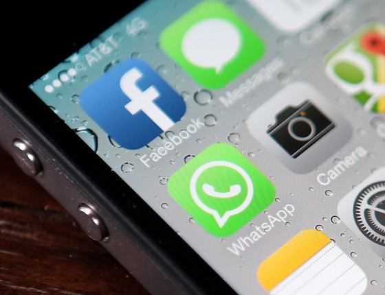 Aplicativos em celular do tipo iPhone mostram WhatsApp e Facebook (Foto: getty images)