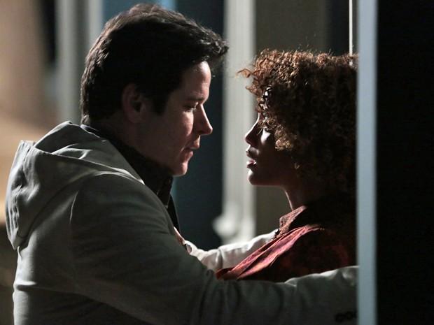 Jonas e Verônica se entregam a paixão (Foto: Felipe Monteiro / TV Globo)