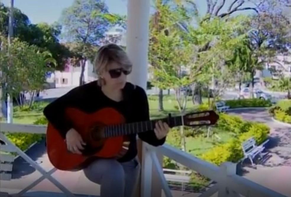 Fabrícia ensina canto e violão para crianças (Foto: TV Integração/Reprodução)