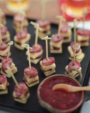 Espetinhos de linguiça, queijo de coalho e geleia de tomate picante (Foto: Rogério Voltan )