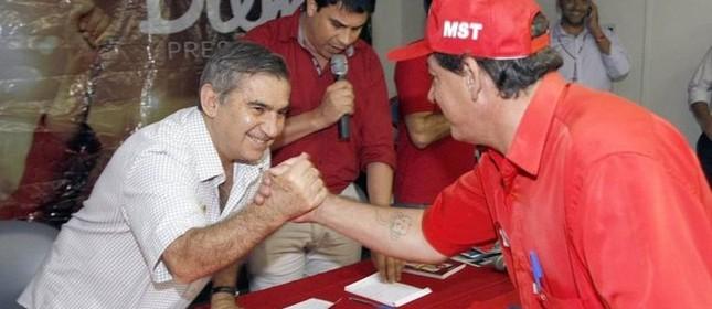 Gilberto Carvalho se reúne com 43 movimentos sociais no Recife (Foto: Hans von Manteuffel / O Globo)