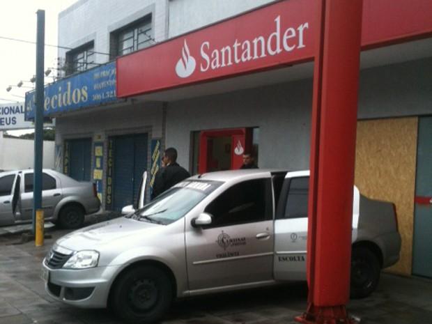 Perícia realizou vistoria no banco na manhã de domingo (Foto: reprodução/RBS TV)