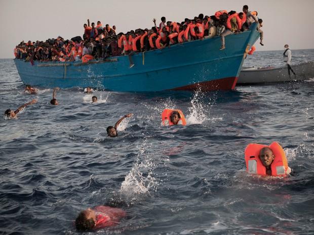 Operações de resgate foram realizados na segunda-feira (29) no Mediterrâneo (Foto: Emilio Morenatti/AP)