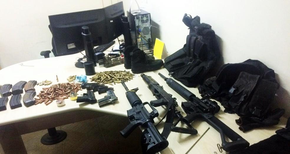 Armas e munições foram apreendidas com o suspeito morto  (Foto: PF/Divulgação )