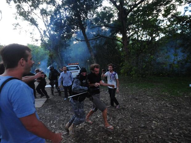 Jovem foi detido pela polícia durante confusão na UFSC (Foto: Agência RBS/Divulgação)