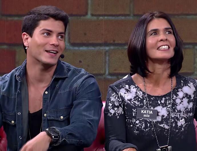 Mãe de Arthur Aguiar diz que não deixa ele levar namorada para dormir em casa (Foto: TV Globo)