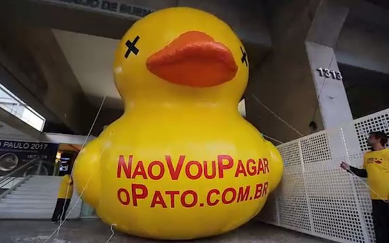 Pato contra o aumento de impostos na Fiesp (Foto: Reprodução)