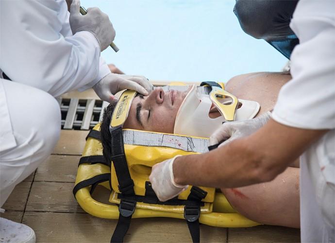 Diogo bate com a cabeça e fica insconciente (Foto: Raphael Dias / Gshow)