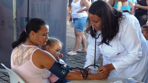 Pra cuidar da saúde, exames de aferição de pressão arterial e glicose foram oferecidos (Foto: Divulgação/RPC)