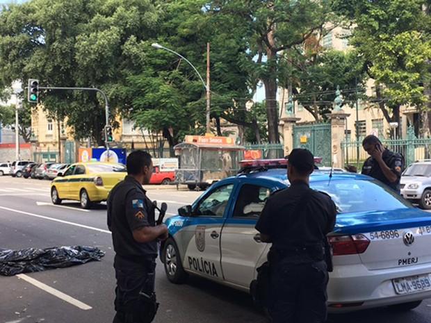 Homem foi atingido por tiros na rua Haddock Lobo, na Tijuca (Foto: Fernanda Rouvenat/G1)