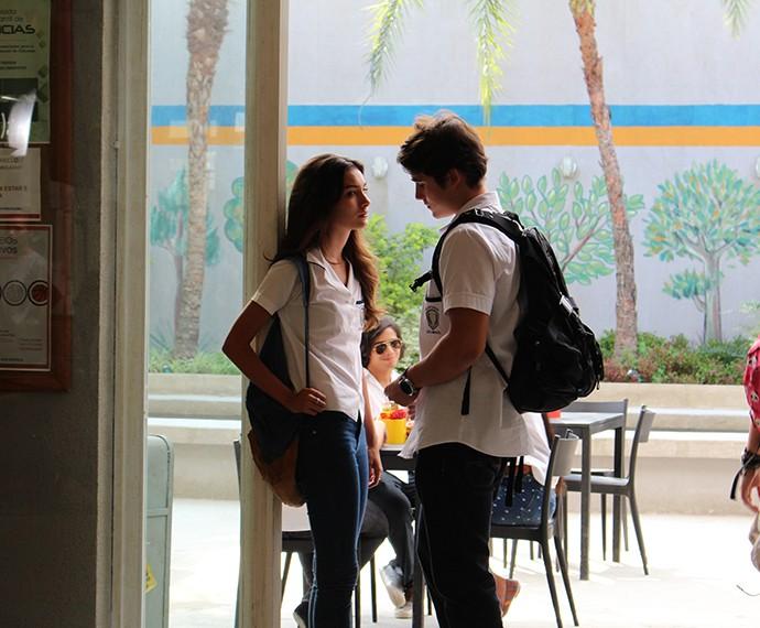 Luciana e Rodrigo conversam no pátio do Leal Brazil (Foto: Evellyn Pacheco/Gshow)