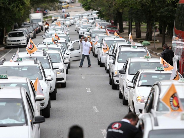 Mais de 500 taxistas seguem em carreata da Praça Charles Miller em protesto até a Câmara Municipal de São Paulo, antes da votação do Projeto de Lei (PL) 349/2014, que tem a intenção de proibir o funcionamento do aplicativo de transporte particular Uber (Foto: Leonardo Benassatto/Futura Press/Estadão Conteúdo)