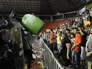 Após rojões e pancadaria, audiência pública é cancelada em Porto Alegre. Licitação do transporte coletivo seria debatida no Ginásio Tesourinha. (Foto: Roberto Vinicius/Estadão Conteúdo)