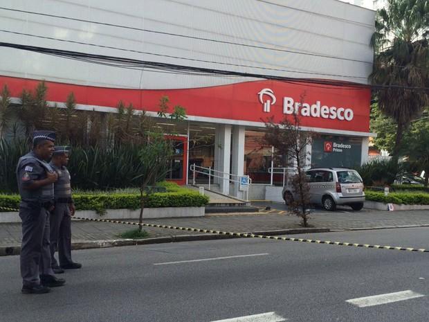 Polícia isola área em frente a agência bancária na Rua Teodoro Sampaio, em Pinheiros (Foto: Glauco Araújo/G1)