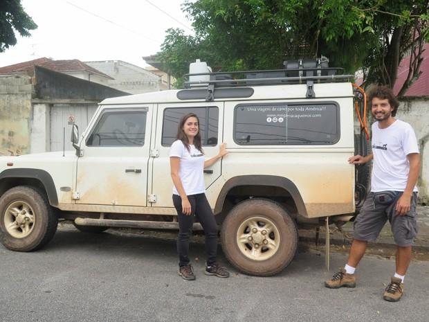 Casal em Santos se preparando para seguir para Curitiba (Foto: Mariane Rossi/G1)