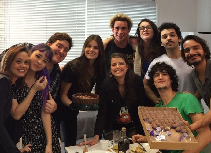 Elenco preparou festa surpresa para Camila Queiroz (Foto: Arquivo Pessoal)