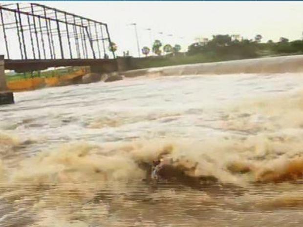Tiago foi o primeiro a pular da ponte. Ele chegou a aparecer na superfície, mas submergiu (Foto: Reprodução/TV Verdes Mares)