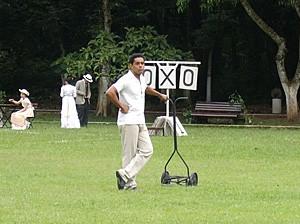 Chico observa o treino de futebol de longe (Foto: Lado a Lado / TV Globo)
