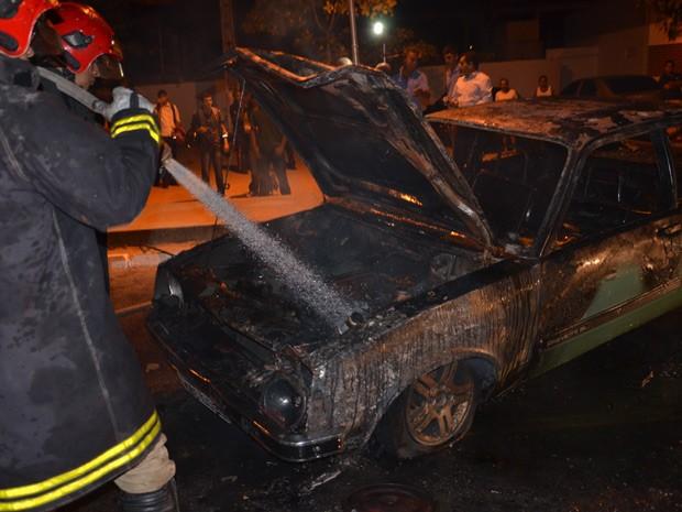 o veículo já estava em chamas até a chegada da viatura, chegou ao estacionar o incêndio  Um carro pegou fogo na noite da terça-feira (16) no Campus da Universidade Federal da Paraíba, em João Pessoa. (Foto: Walter Paparazzo/G1)
