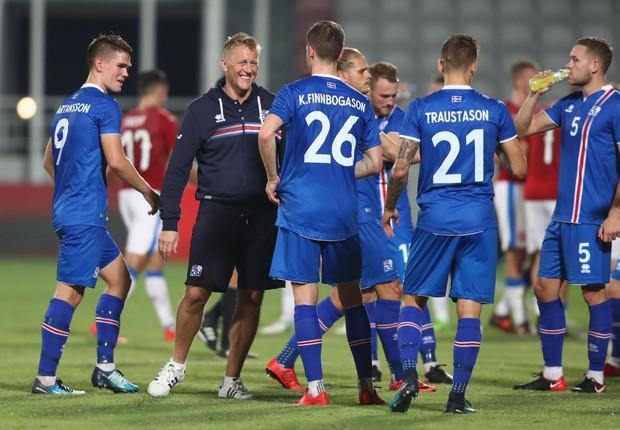 Heimir Hallgrimsson comanda treino da seleção da Islândia (Foto: Francois Nel/Getty Images)