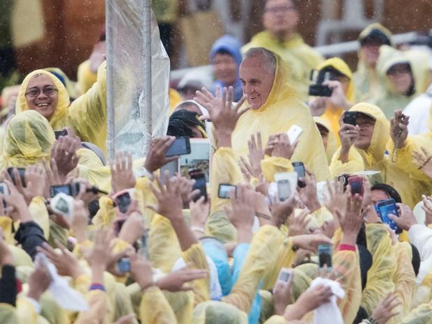 Papa Francisco saúda fiéis após a missa celebrada em Tacloban neste sábado (17) (Foto: JOHANNES EISELE/AFP)