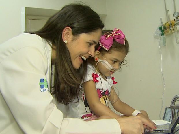 A psicóloga Natali Antunes acompanha Vitória dos Santos no Hospital das Clínicas (Foto: Reprodução/EPTV)