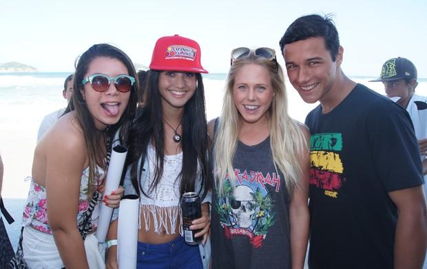 Laura Enever e fãs Rio Pro surfe (Foto: Carol Fontes)