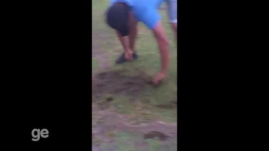 """Presidente de clube do Acre """"põe mão na terra"""" para recuperação de estádio"""