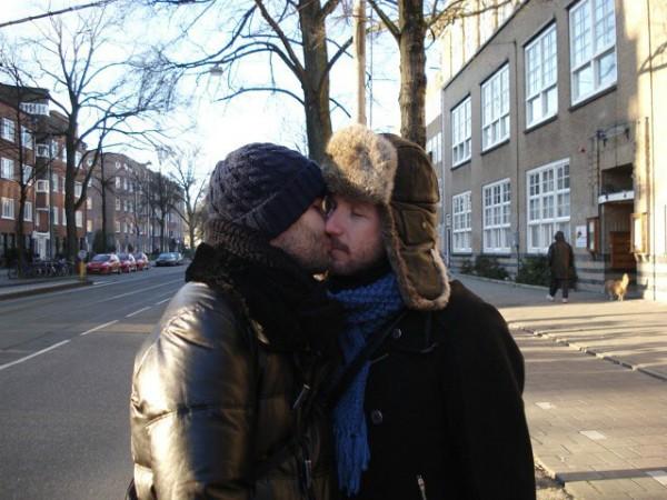 Alexandre Herchcovitch postou uma foto beijando o diretor criativo Fabio Souza (Foto: Reprodução / Instagram)