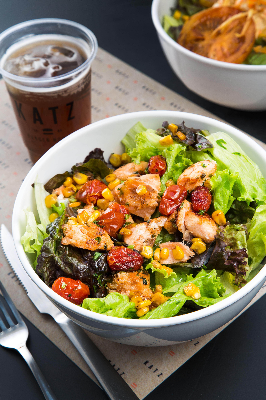 Salada Chicago Salmon, do Katz Burger (Foto: Divulgação/Mario Rodrigues)