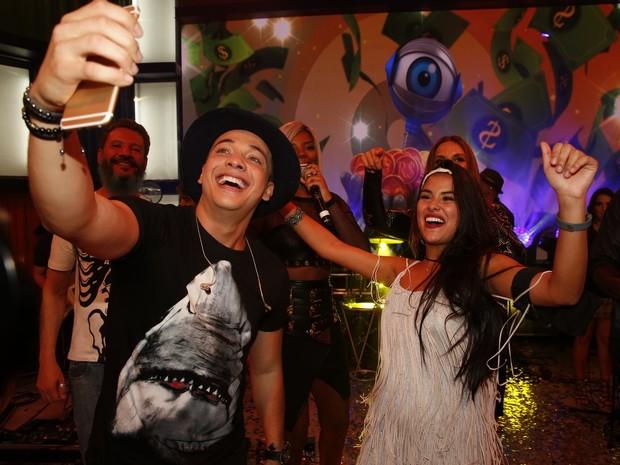 Wesley Safadão e Munik na final do 'Big Brother Brasil 16' (Foto: Marcos Serra Lima/ EGO)
