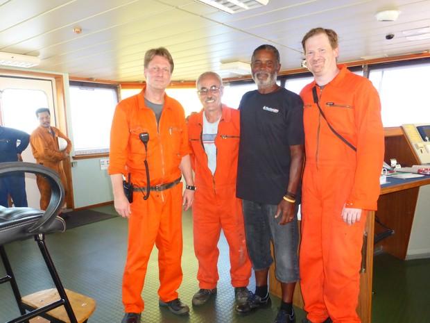 Africano posou para foto com tripulação de navio que o resgatou (Foto: Patricia Anhas / Arquivo Pessoal)