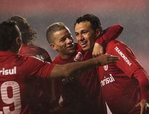 D'Alessandro e Damião comemoram gol contra o São Paulo  (Foto: Alexandre Lops / Inter, DVG)