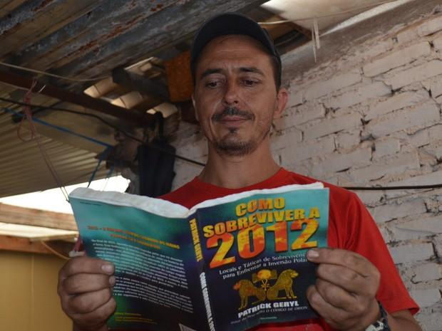 Livro orientou o homem para o fim do mundo em Piracicaba (Foto: Fernanda Zanetti/G1)