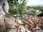 Parte de casa desaba e atinge outro imóvel no bairro do Pinheiro