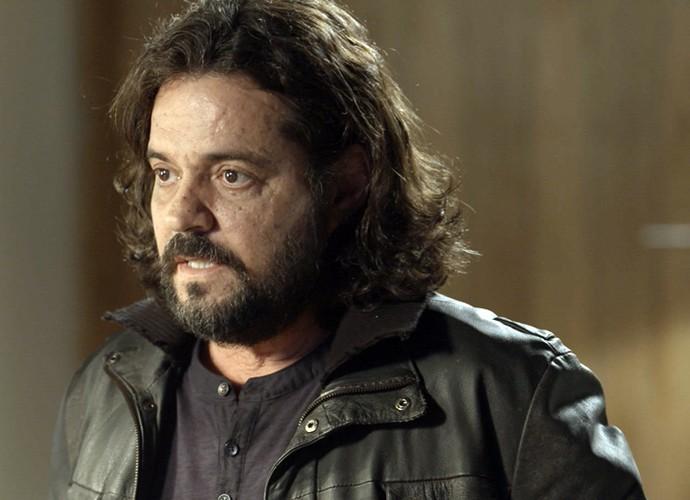 Bernardo conta para Emília que é filho de Guillermo (Foto: TV Globo)